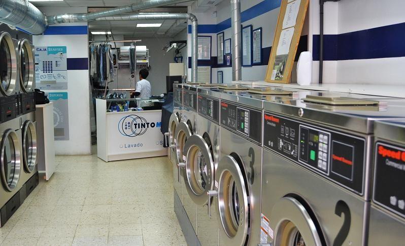 Las personas pueden lavar su ropa. No es gratis. Las personas tienen que pagar dinero.