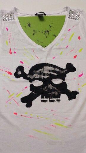 Maglietta con borchie e teschio dipinta a mano