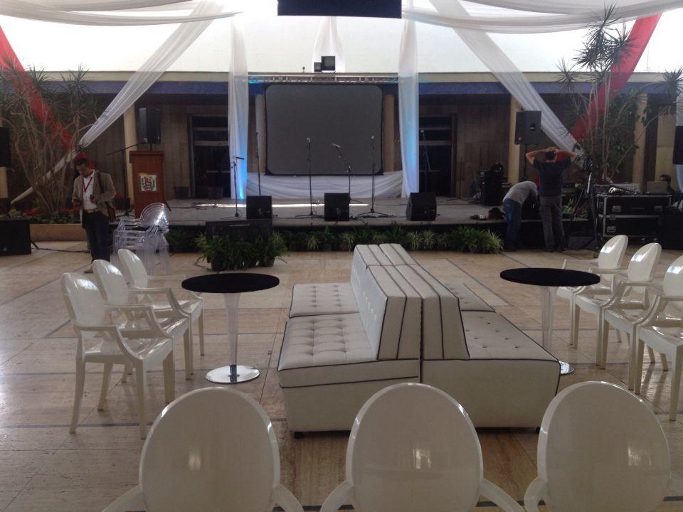 Servicios de decoración, tarimas, sonido, video y dirección técnica general para eventos corporativos.