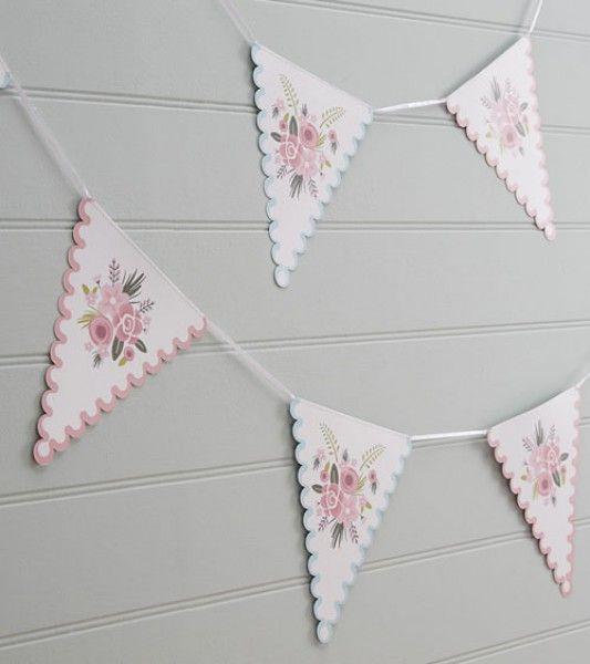 Romantische Wimpelkette mit Blumenmustern und abwechselndem rosa und hellblauen Wellenrand. Länge: 3 m.