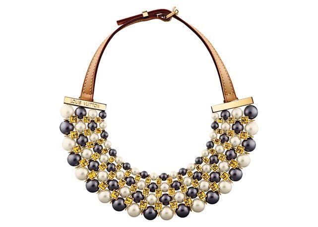 Colar de couro, metal, cristais amarelos e pérolas Louis Vuitton  - Fotos:Reprodução/Harper's Bazaar