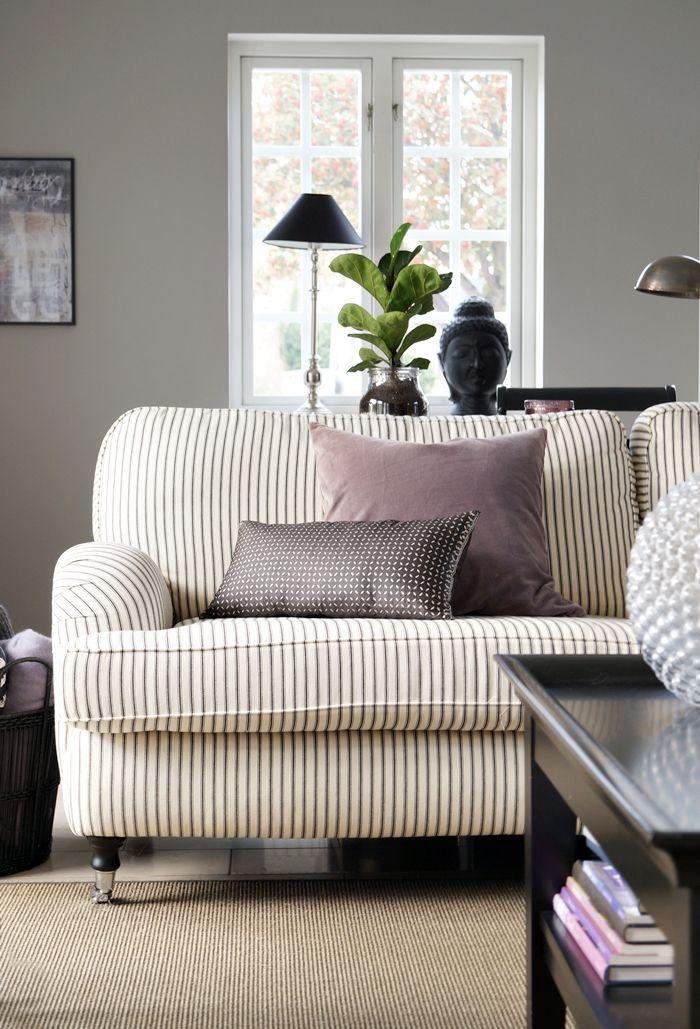 As Clicas Listras Do Sofá Combinaram Perdeitamente Com A Parede Cinza E Molduras Brancas Na Janela