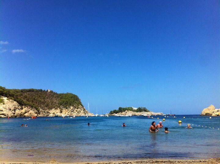Playa Port de Sant Miquel / Puerto de San Miguel en San Juan Bautista, Islas Baleares