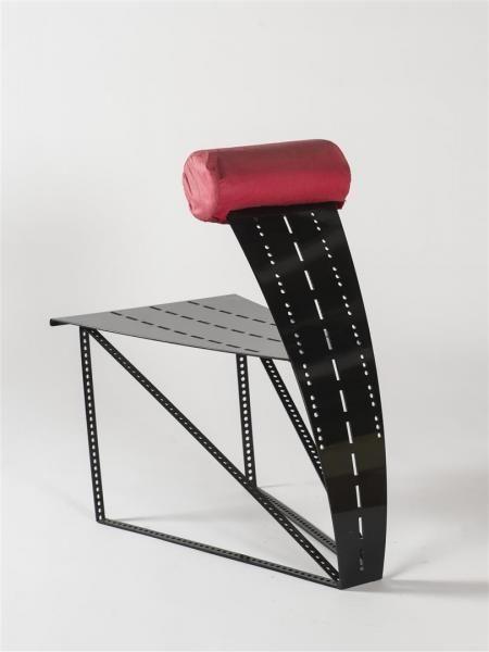 Raphaël PISTILLI (XX ème) Prototype de fauteuil en métal laqué noir ajouré. Repose pectoral en percale de coton rouge delavé