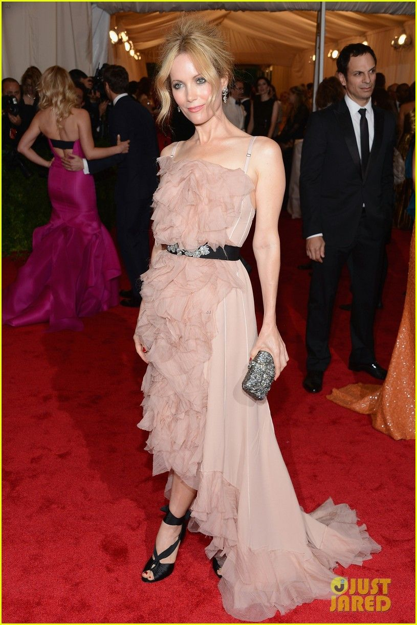 Leslie mann in nina ricci pretty but the straps look weird with it