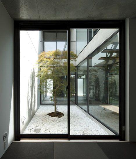 Still japanese courtyard house by apollo architects associates interieur architektur - Zech architektur ...
