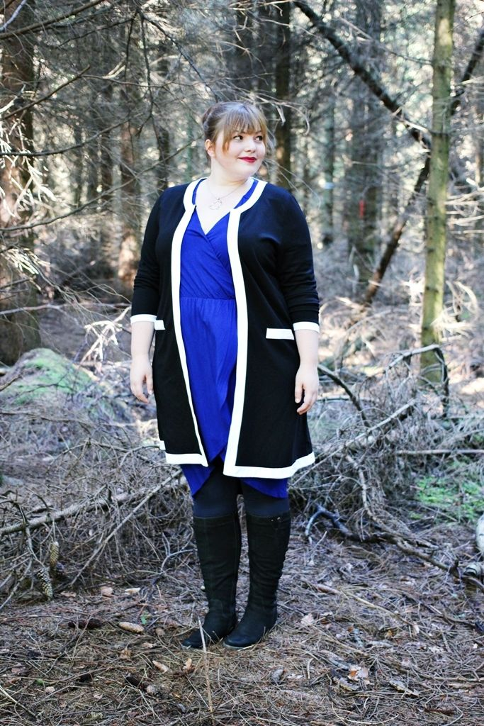 kathastrophal.de | Plus Size Blog | Autumn/Fall Outfit with a black and white long cardigan by Yoek, a cobalt blue dress by Pink Clove and wide calf boots.