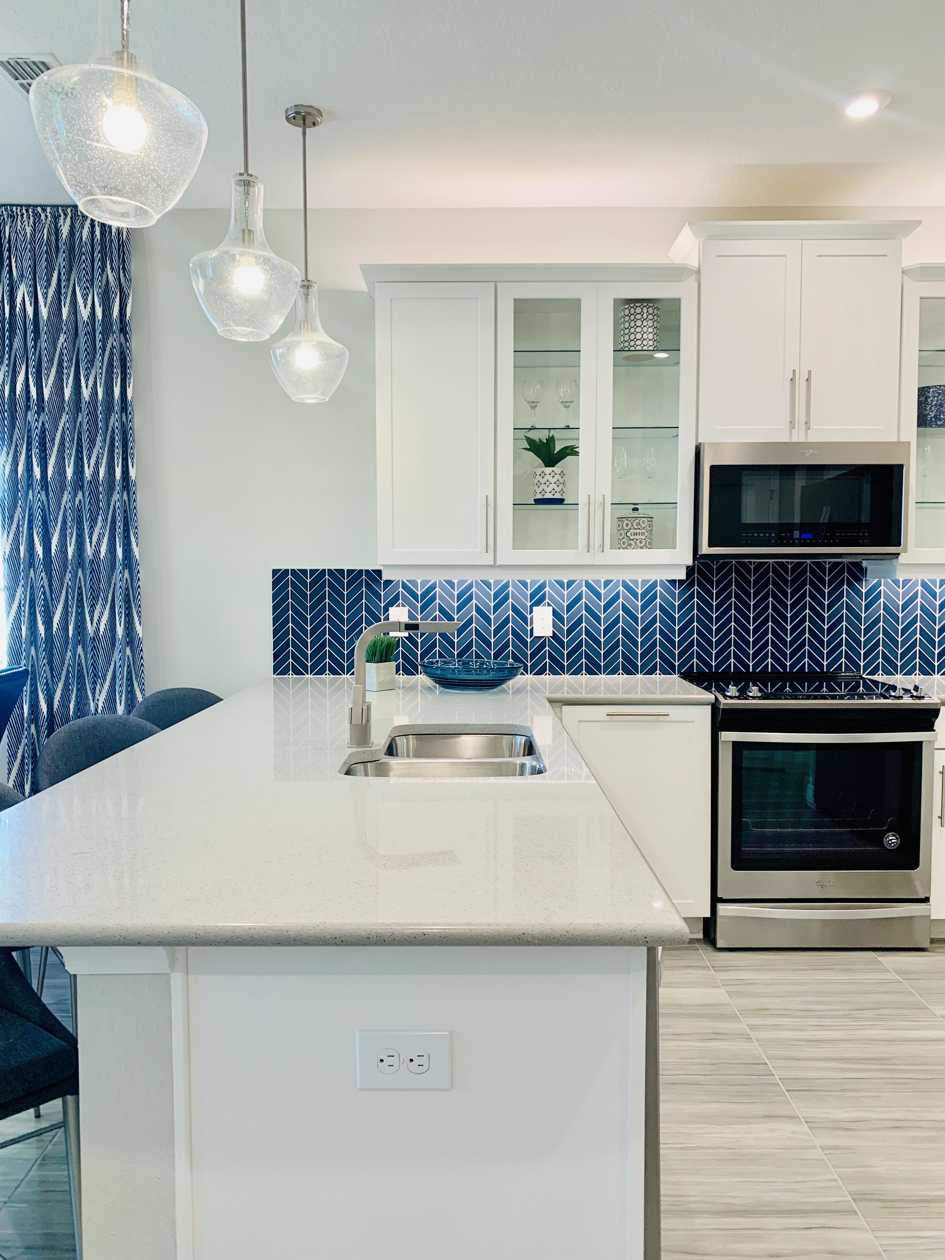 Blue Decor Design can be executed in a few easy steps.  In this open concept town home they added window treatments, blue tiles in the kitchen, blue accent wall and blue decor details in the dining room. #BlueDecor #DesignIdeas