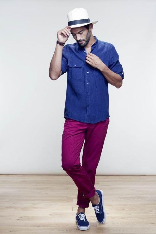 Silhouette Homme : chemise en lin indigo sur chino cassis pour un look coloré plein de peps!