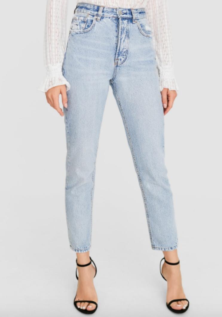 Rahat Ve Trend Mom Jeanler En Cok Tercih Edilen Parcalar Arasinda Kampus Modasi Pantolon Jean