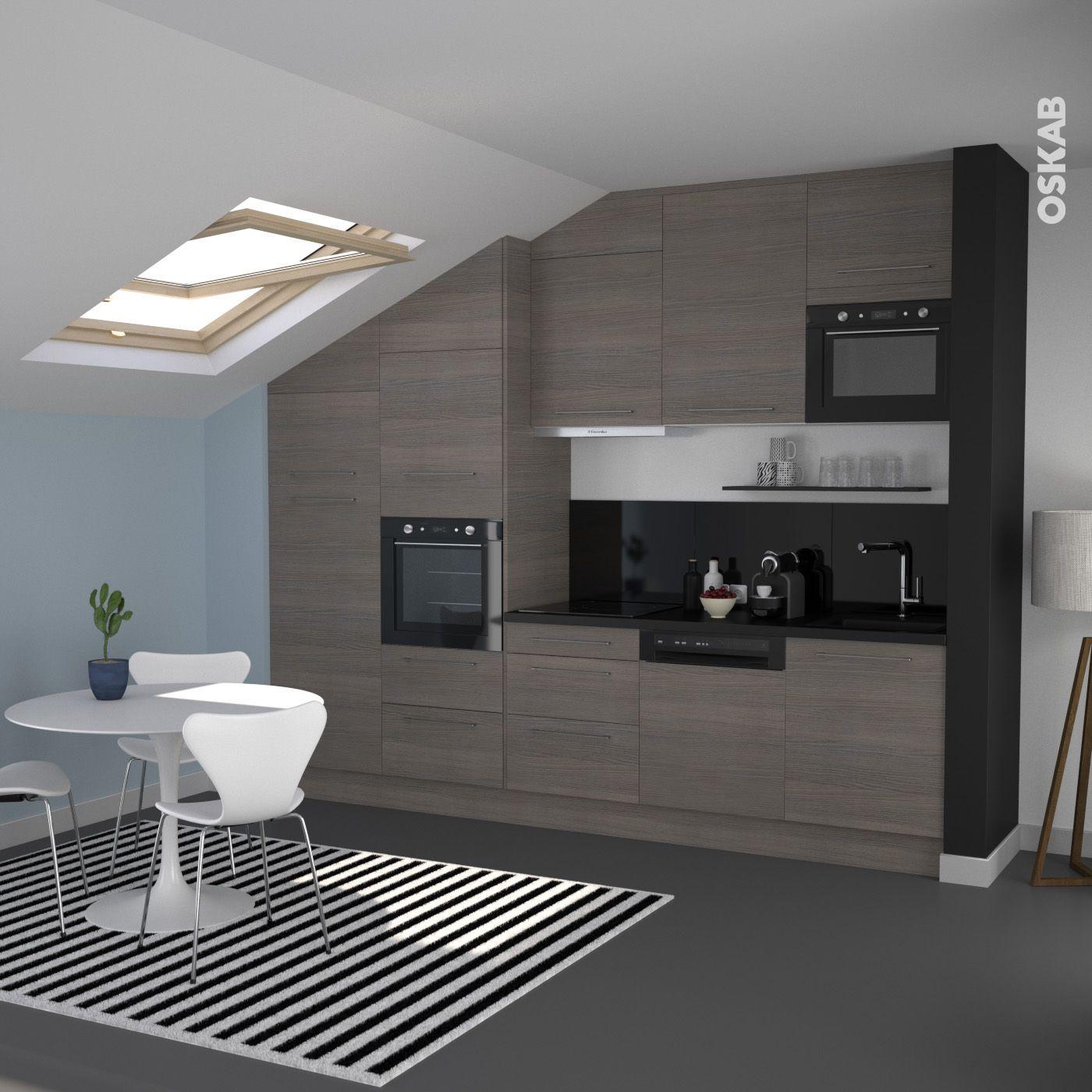 Cuisine ouverte en bois fonc d cor noyer fum implantation en i plan de travail noir mat - Credence cuisine noir et blanc ...