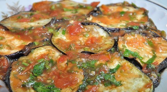 **Баклажаны с соусом из помидор**   1 баклажан   2 помидора   кинзы   1-2 зубчика чеснока    соль,перец     Баклажаны тонко порезать,чуть сбрызнуть растительным маслом и приготовить на гриле. Помидоры измельчить и варить в кастрюле до исчезновения воды. Измельчить чеснок и кинзу, добавить к кипящим томатам, затем снять с огня.   Намазать каждый ломтик баклажана горячим соусом и сложить в слоями, промазывая каждый слой томатным соусом, дать остыть.