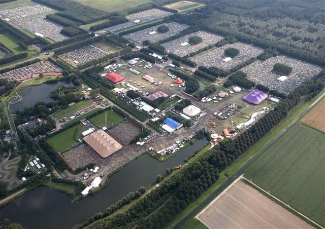Und so sieht das #LowlandsFestival, ein niederländisches Musikfestival, von oben aus. Go for a coloured life! :)