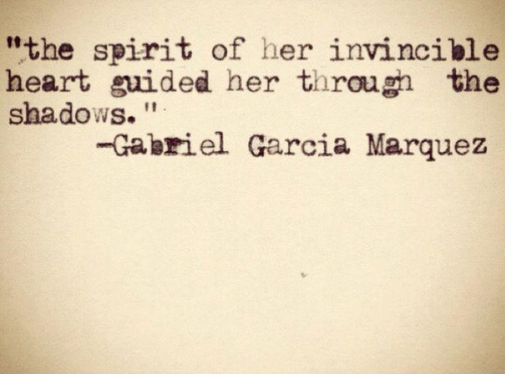 el ánimo de su corazón invencible la orientaba en las tinieblas