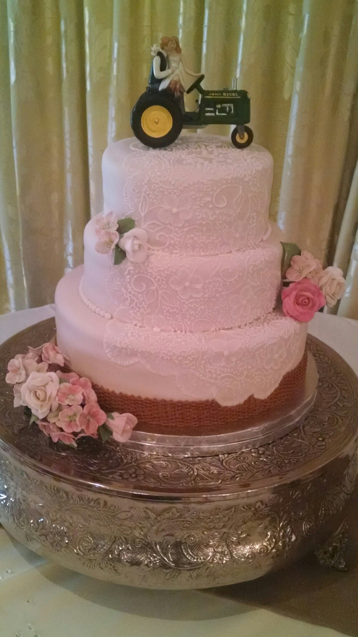 This is Billy Bob and Charlene\'s wedding cake. Country sheik lace ...