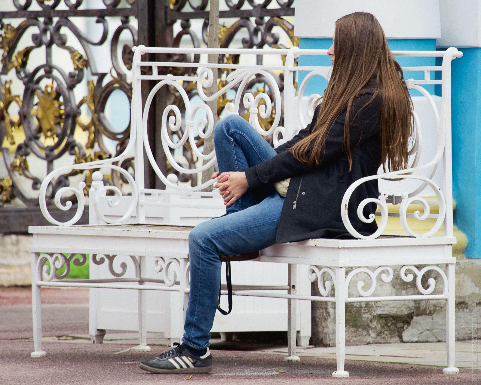 Интересно, о чем думает эта немка, сидя у Золотых ворот Екатерининского дворца...
