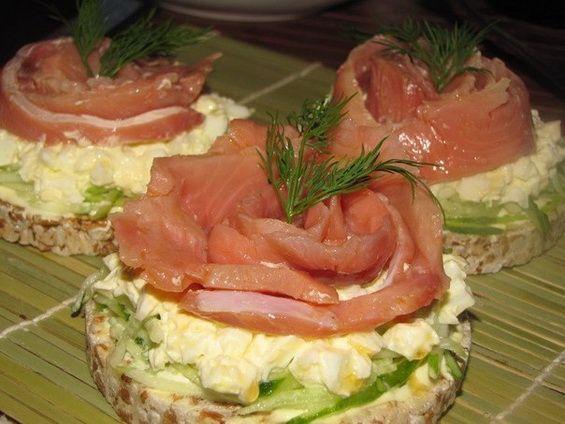 """Как приготовить вкусные праздничные бутерброды с красной рыбой """"Розочки"""" с яйцом, огурцом, и майонезом: рецепт с пошаговыми фото."""