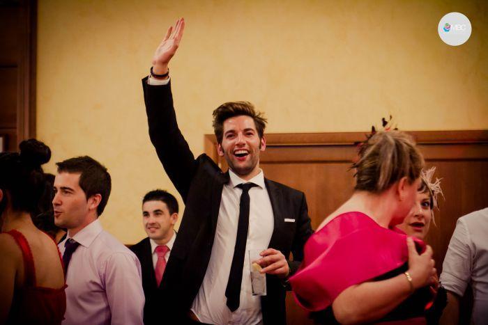 Después de abrir el baile captando la atención de todas las miradas con el vals, llegó el momento de desmelenarse un poco. Radiantes y felices nuestras parejas se lanzan a la pista de baile en uno de los días más dichosos de su vida. #boda #fotografía #wedding #weddingphoto #baile #fiesta #weddingparty