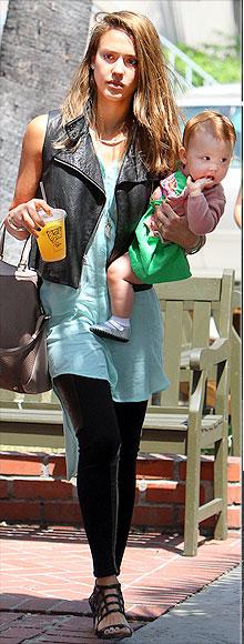 Jessica Alba también apuesta por el must de la temporada: chaleco motero