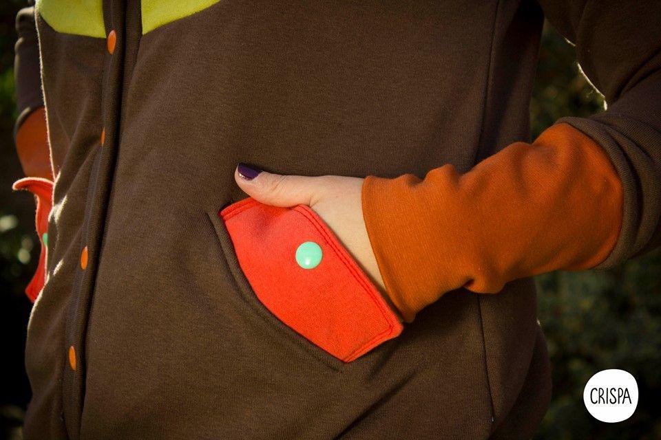 campera friza,con recortes,bolsillo ojal,broches de colores,y pitucones.