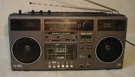 Der SKR 550 ist das eigentliche Nachfolgemodell des SKR 501. Das Frequenzband des UKW-Tuners reicht im Gegensatz zum SKR 700 nur bis 104 MHz (Die Geräte waren wohl nicht für den Export vorgesehen).