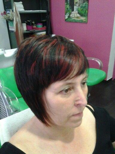 Cortes de pelo corto con mechas rojas