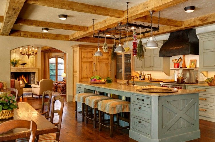 plafond poutre apparente dans la cuisine champ tre sol en parquet lot de cuisine en bois et. Black Bedroom Furniture Sets. Home Design Ideas
