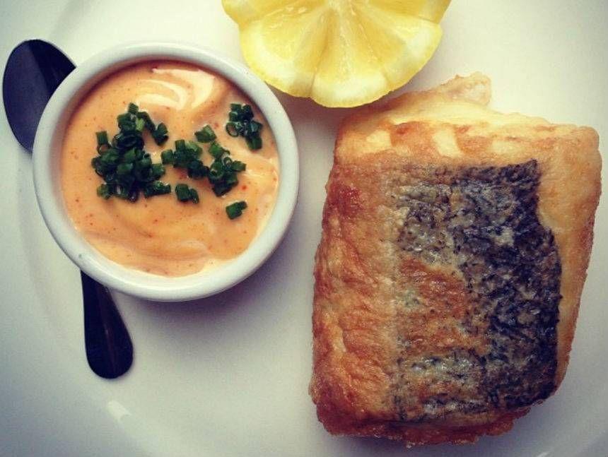 Merluza de anzuelo, patata panadera & refrito suave de ajo. Reserva online en EligeTuPlato.es