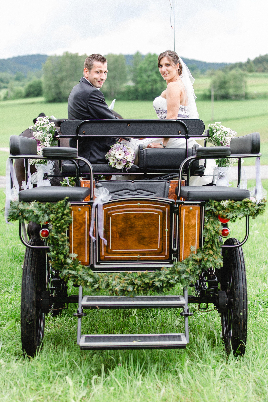 Portrait Des Brautpaares Auf Einer Pferdekutsche Entstanden Bei Einer Hochzeit In Ulrichsberg Muhlviertel Hochzeit Kutsche Hochzeitskutsche Hochzeit Auto