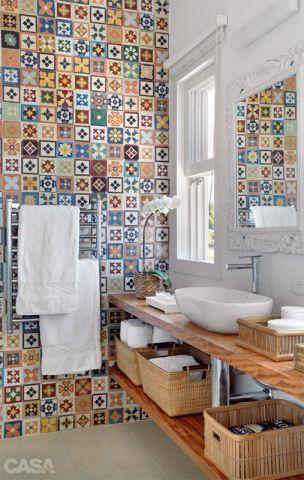 À esquerda, a parede do banheiro tem ladrilhos hidráulicos da Dalle Piagge. Cuba da Deca. Projeto de Ana Claudia Costa e Bianca Notari