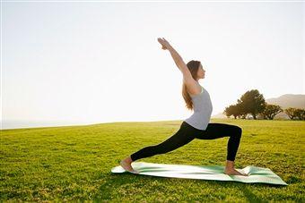 Como Hacer Yoga En Casa Para Reducir El Estrés Cursos De Yoga Yoga Beneficios Clase De Yoga