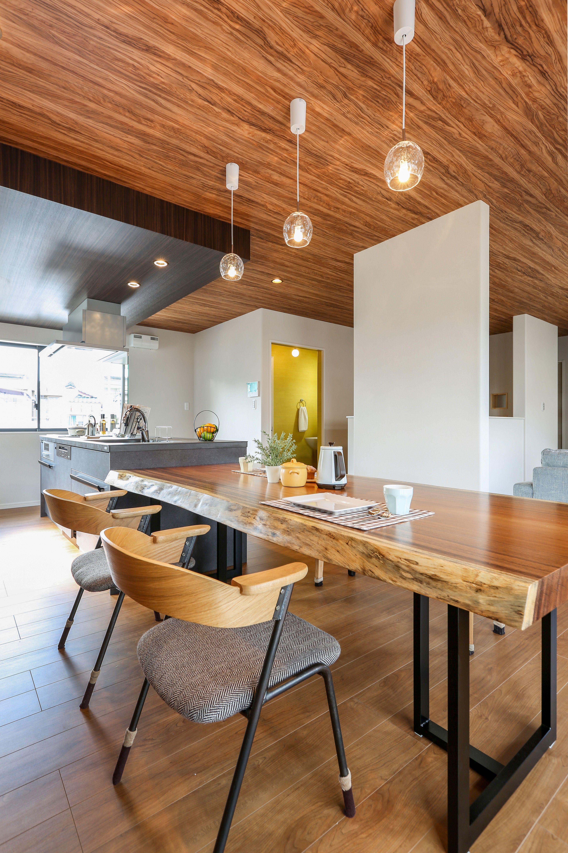こだわりのダイニングテーブルとキッチン 木目の天井でとても
