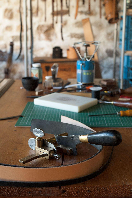 subdivise atelier de cr ation d 39 objet en cuir. Black Bedroom Furniture Sets. Home Design Ideas