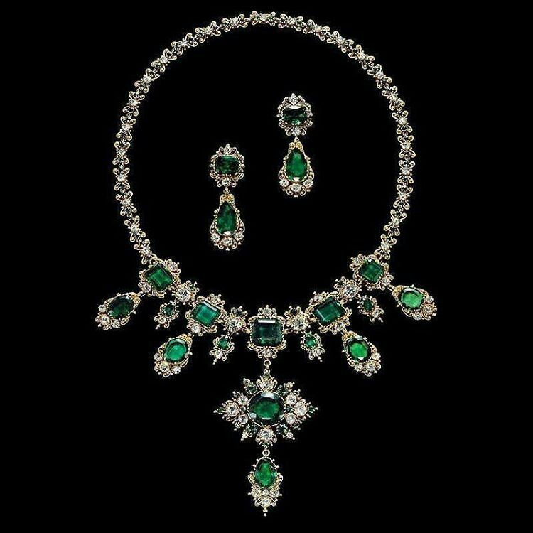 @gemmlisaw from @boylerpf  This antique Georgian gold, emerald and diamond parure, circa 1830, from the Albion Art Collection certainly got my heart pumping!