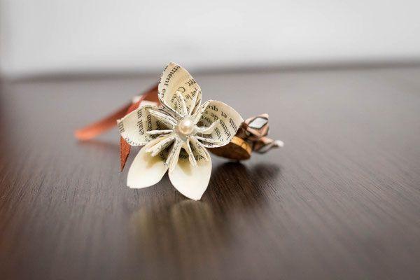 Collection Cindy. Boutonnière marié en fleurs en tissu ivoire et marron avec bouchon en liège