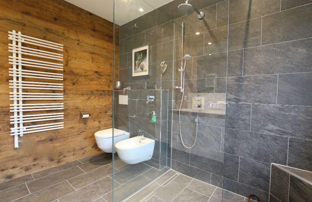 Wandverkleidung Altholz Im Bad Badezimmer Badmobel Badezimmermobel Badmobel Set Spiegelschrank Bad Bad In 2020 Bathroom Planner Bathroom Design Diy Bathroom Decor