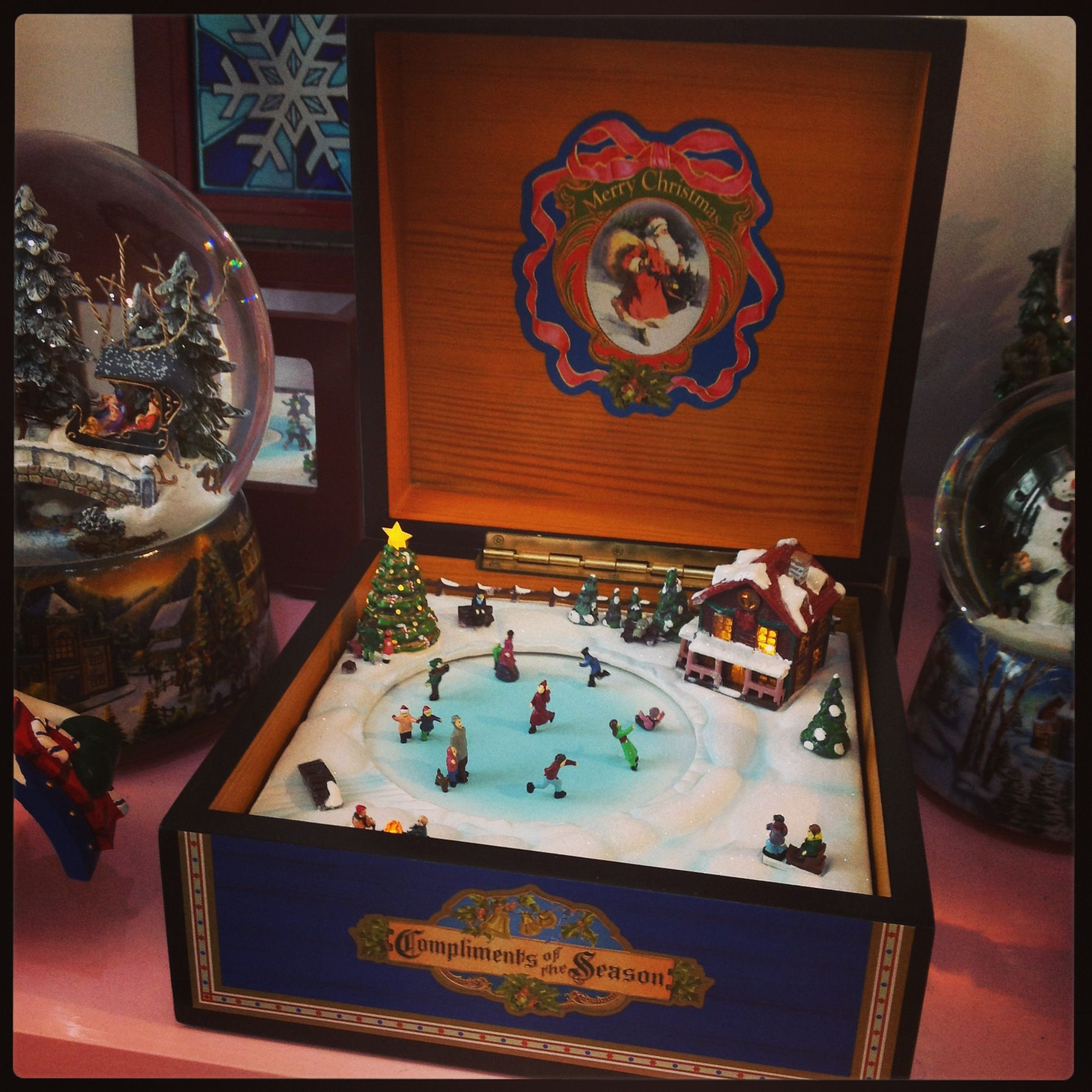 Caixa de música em madeira com cena de patinagem, músicas, luz e movimento.  Music box. In wood. With music, movement and lights.