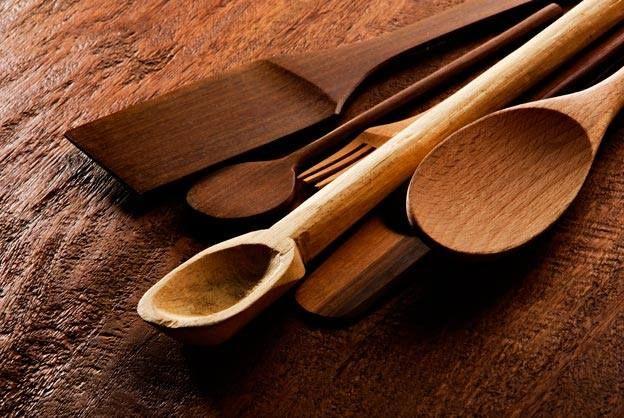 Con el uso y el tiempo, utensilios de madera que utilizamos en la cocina van perdiendo color y se van poniendo negros. Hay un fantástico truco casero para que recuperen su color y que parezcan como si fueran nuevos!!!  #Recuperar_fácilmente_el_color_de_los_utensilios_de_madera #recetas #trucos #cocina #color #utensilios #madera