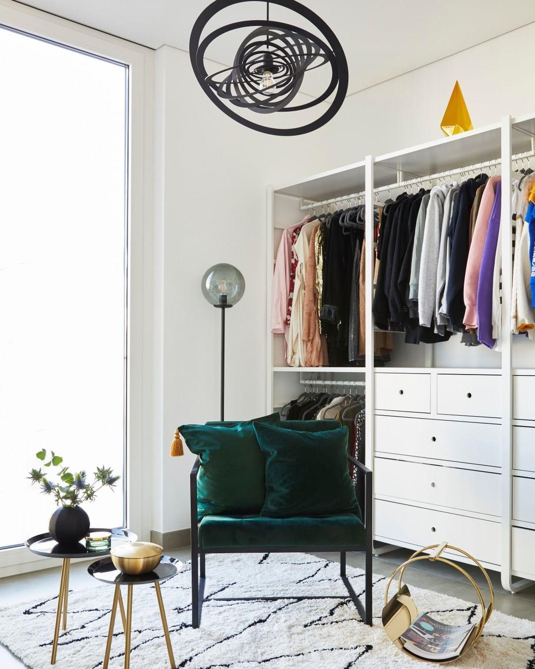 Westwing Deutschland On Instagram Wir Alle Kennen Ihn Den Einen Stuhl Im Schlafzimmer Diese In 2020 Kleines Wohnzimmer Dekor Ankleidezimmer Design Haus Deko