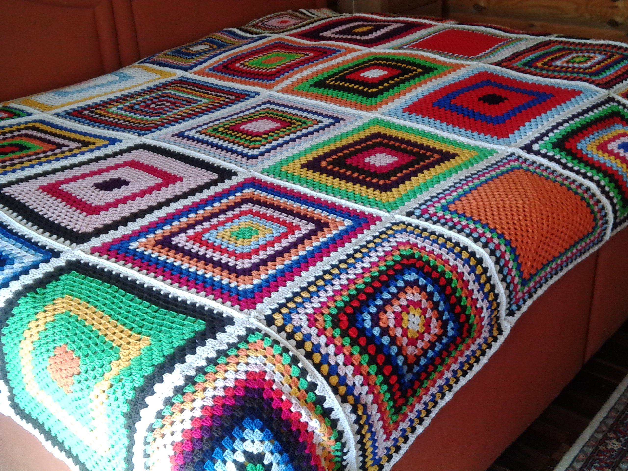 Meine erste Decke. Im November habe ich häkeln gelernt. Ich habe viele Quadrate zum Üben gemacht und jetzt habe einfach alles kunterbunt zusammengenäht. Sie ist nicht perfekt, aber mein erstes Stück.