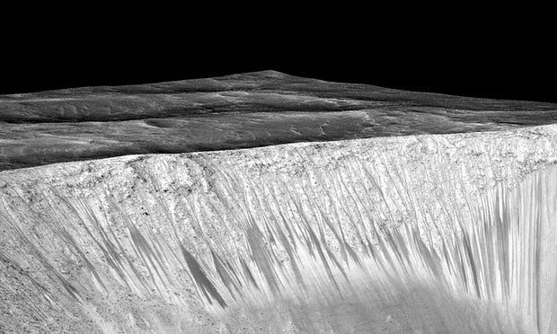 Flujos acuosos en el cráter Garni - Marte