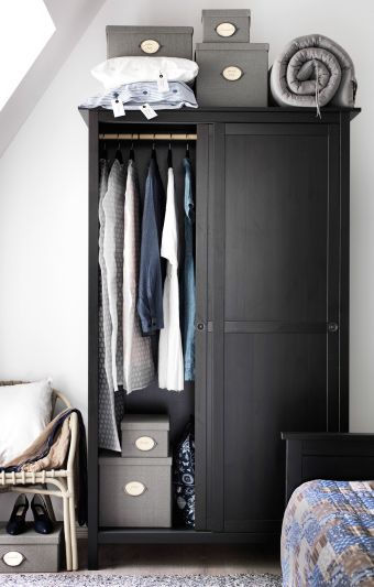 schwarzer kleiderschrank gef llt mit kleidung darauf kvarnvik k sten mit deckel in grau die. Black Bedroom Furniture Sets. Home Design Ideas