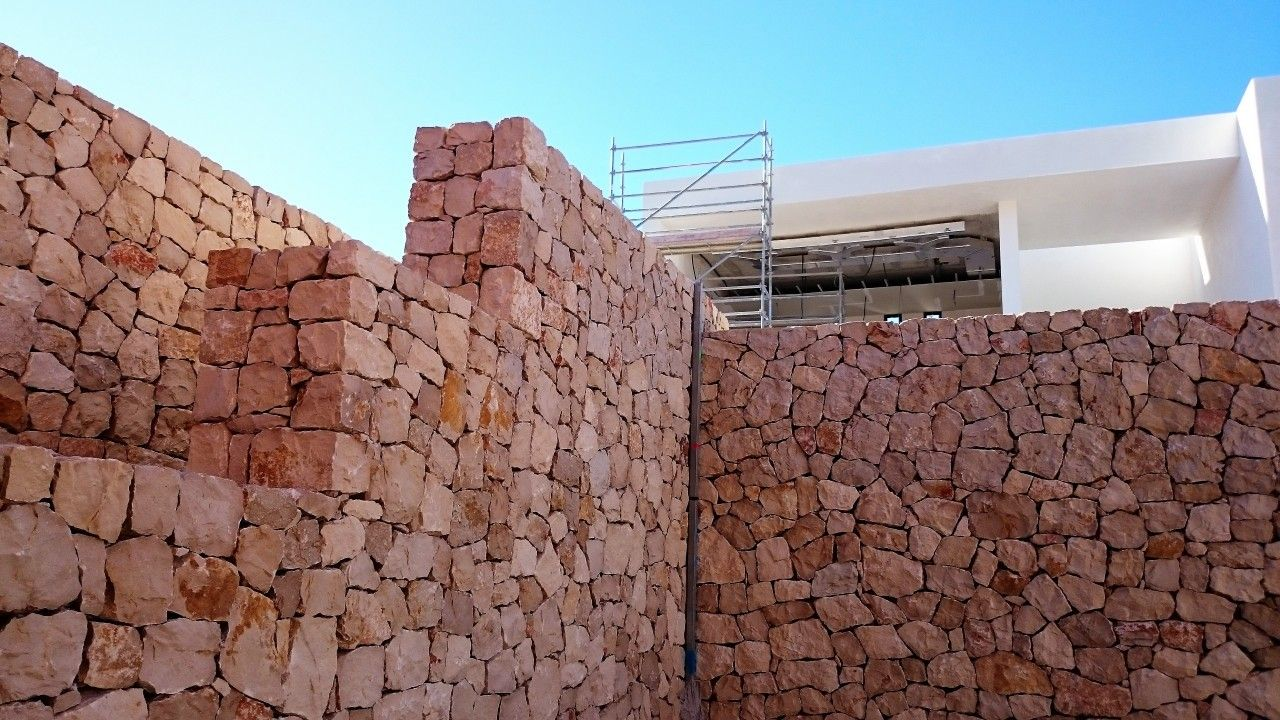Artesira Muros De Piedra Natural Esencia Rústica Bajo Líneas Modernas Muros De Piedra Piedras Naturales Muros