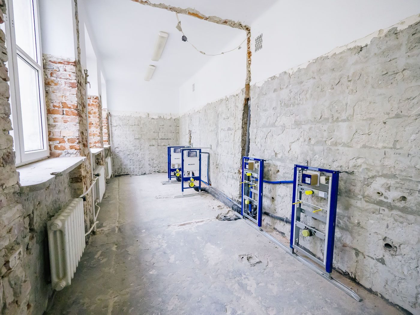 Have a look what the Geberit apprentices did during their stay in Warsaw. They kicked off the renovation of the school's sanitary facilities in early October 2016.