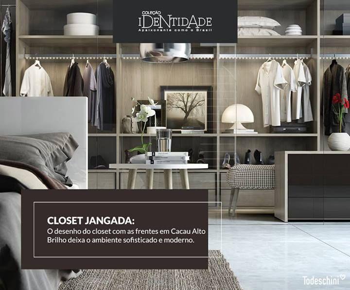 O projeto do closet com os cabideiros com led e frentes de gaveta em Cacau Alto Brilho faz do mobiliário um complemento atemporal e prático.