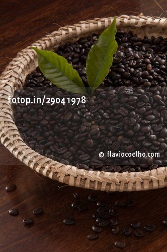 Cesta com grãos de café torrados (Basket with roasted coffee beans) © flaviocoelho.com (stock photo)