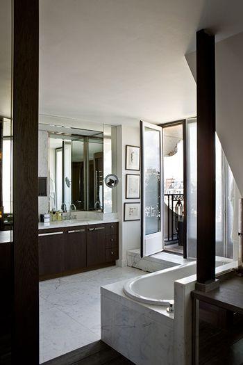 A Paris et dans presque toute l'Europe, les salles de bains ont toujours de grandes fenêtres ou balcons ont une excellente ventilation et de lumière naturelle, je aime!