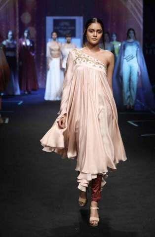 Elegant Sushmita Sen Flaunts The Showstopper Outfit For Designer Sashi Vangapalli At Lakme Fashion Week Lakme Fashion Week Fashion Indian Saree Blouses Designs