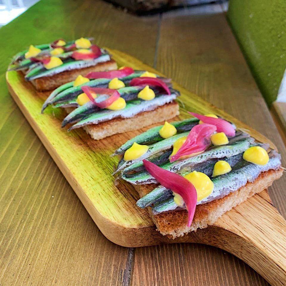 Crostini di pan carré che racchiudono un esplosione di sapori:  alici marinate e affumicate, cipolla in carpione e maionese! • • • • •