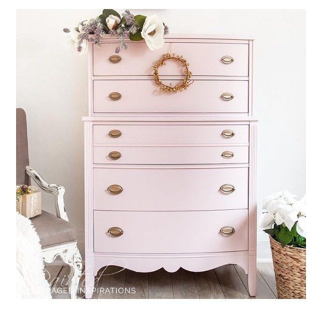 What a gorgeous pink makeover on this dresser by @salvaged_inspirations 💕 #beautiful #salvagedinspirations #painted #beforeandafter #vintage #pinkpaint